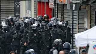 Las fuerzas especiales del RAID, a las puertas del piso de Rue République.