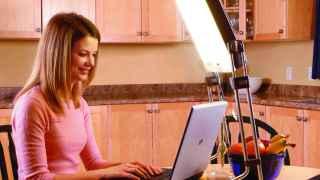Una mujer recibe luminoterapia