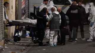 La policía saca el cuerpo de uno de los terroristas.