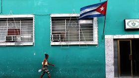 Una mujer pasea por las calles de Cuba. Getty Images