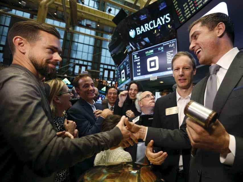 Dorsey saluda a un operador en Wall Street.