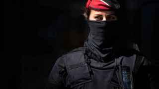 Un agente de la policía autonómica catalana en una operación policial.