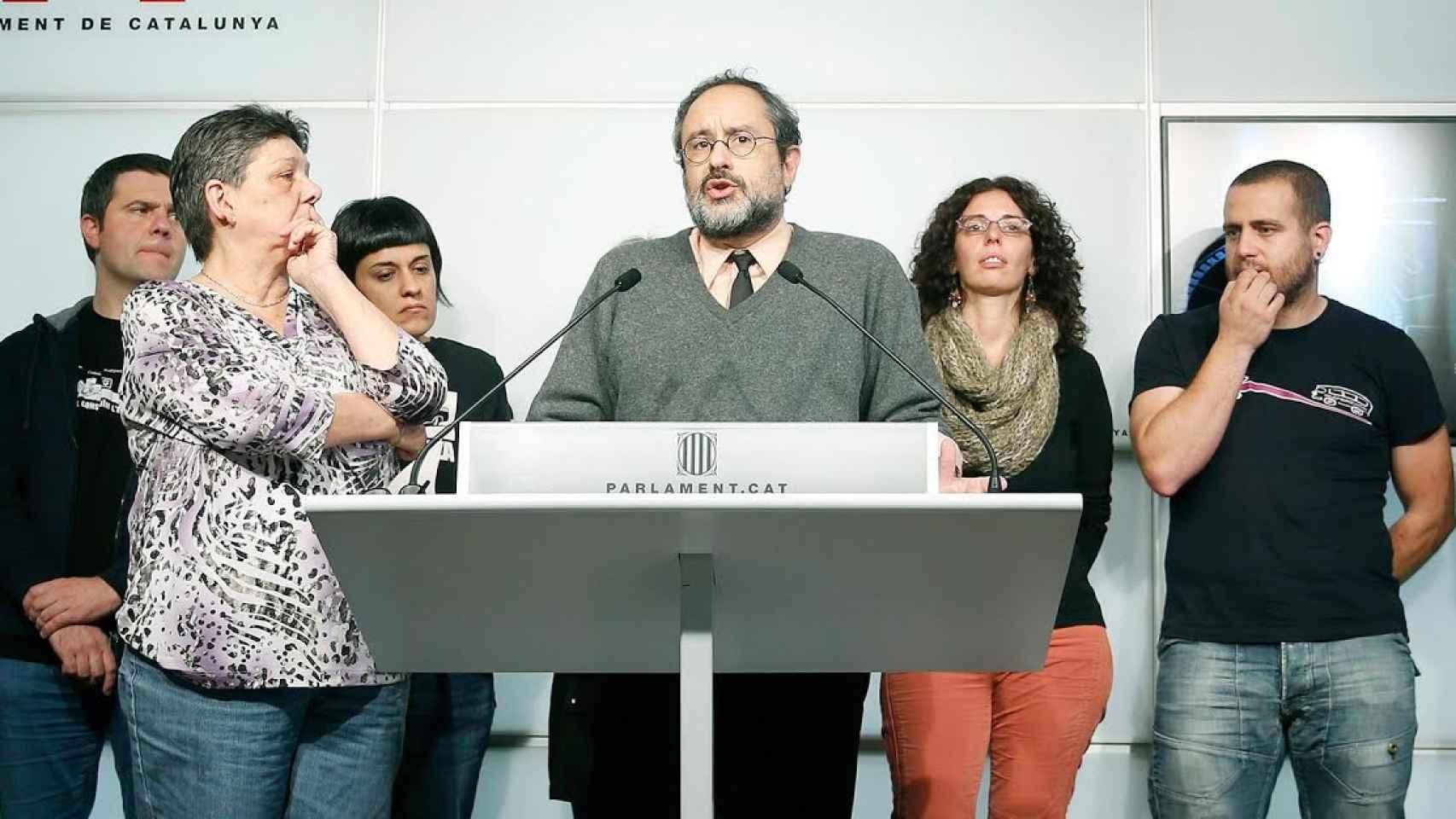 El presidente de la CUP, Antonio Baños (c) al lado de sus compañeros de escaño.