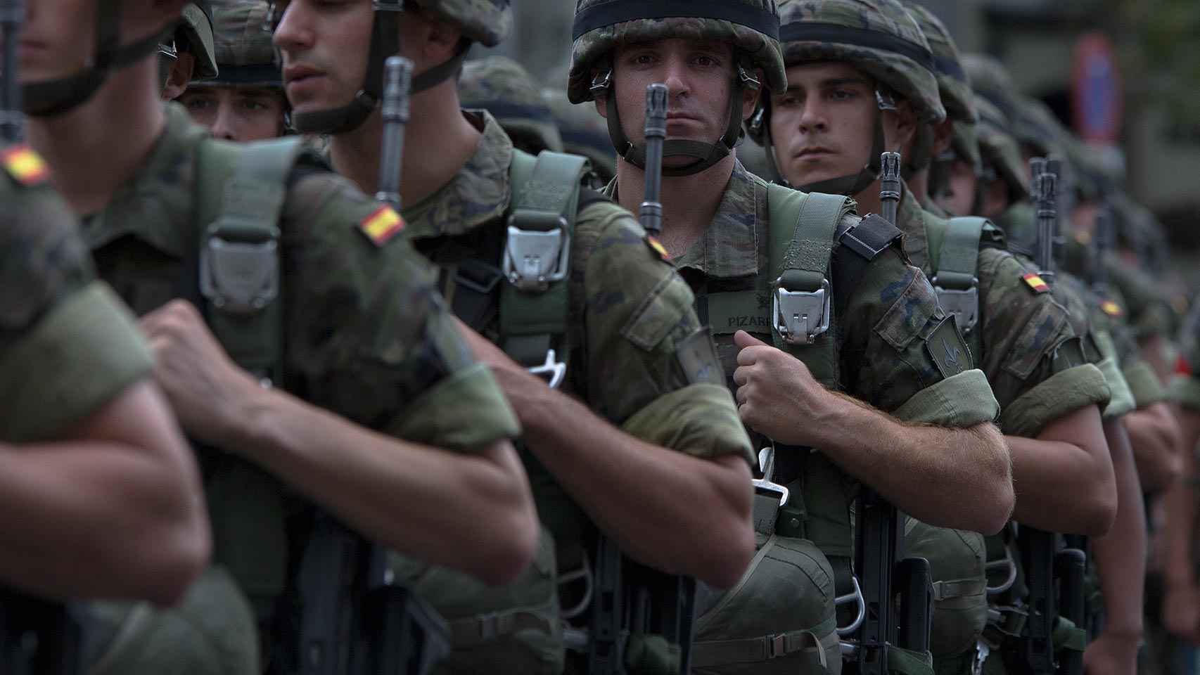 Militares españoles desfilan el 12 de octubre en Madrid.