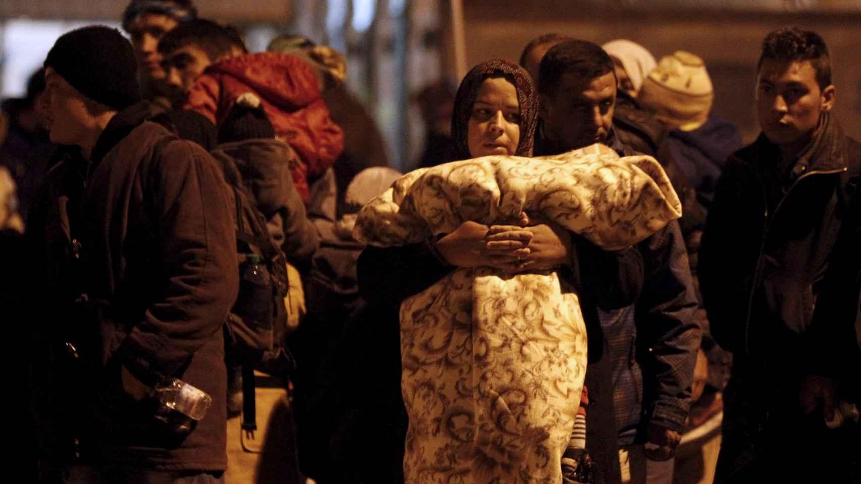 Migrantes esperan su traslado en un campamento de tránsito en Macedonia.