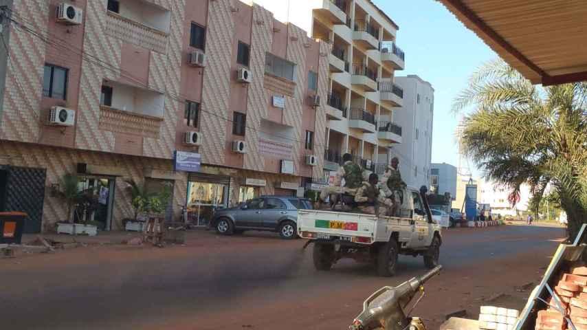 Fuerzas de seguridad conducen cerca del hotel Radisson, en Bamako.