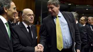 El ministro del Interior francés, Bernard Cazeneuve, saluda a su homólogo belga, Jan Jambon