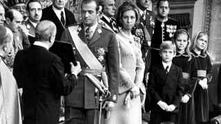 El rey Juan Carlos jura las Leyes Fundamentales del Reino.