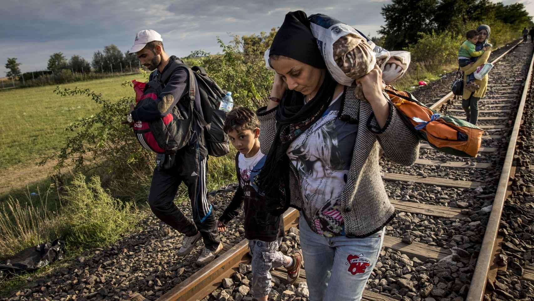 Los refugiados caminaban por las vías del tren hacia Hungría a principios de septiembre.