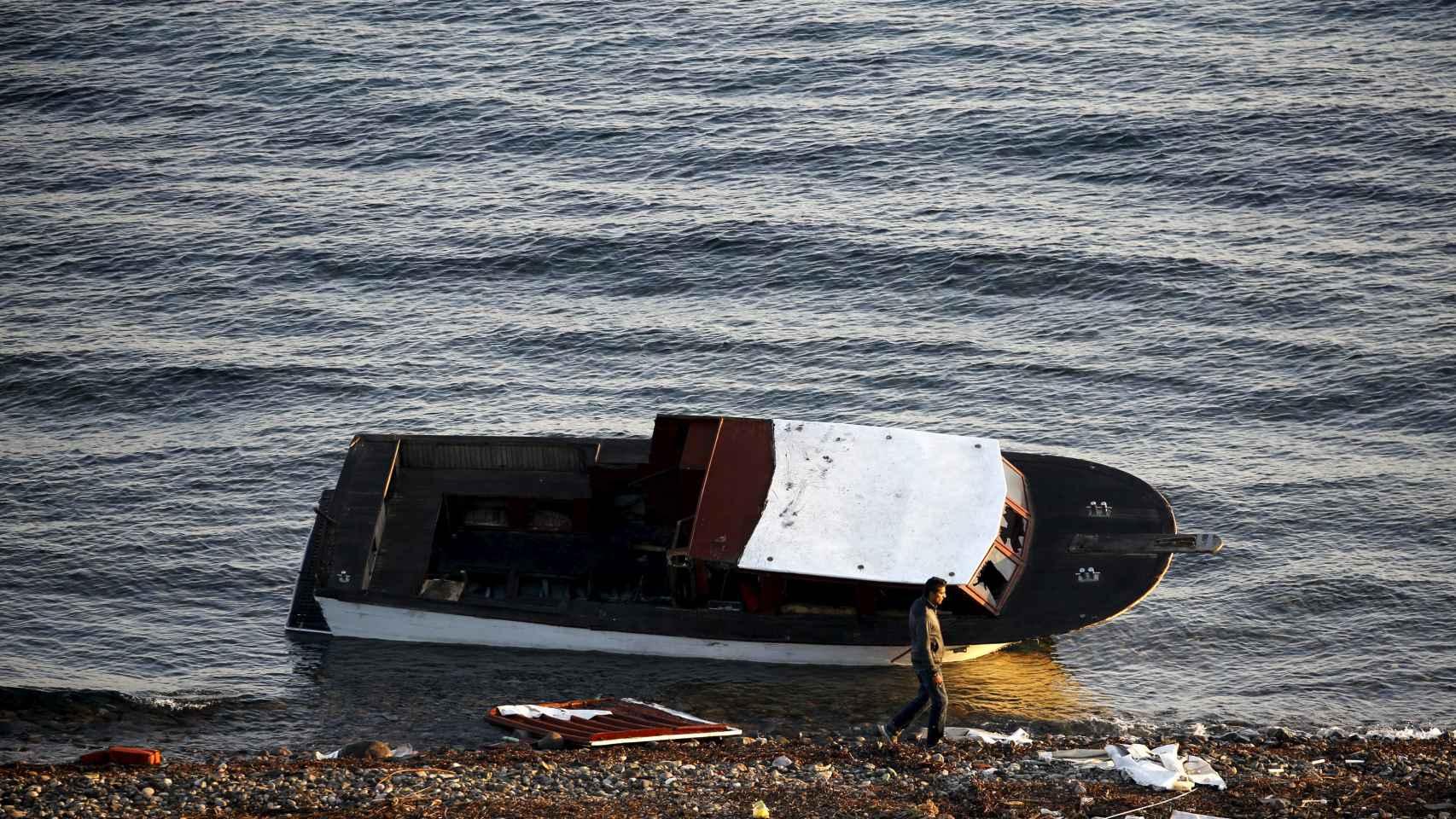 Una patera permanece abandonada en la orilla de la isla griega de Lesbos.