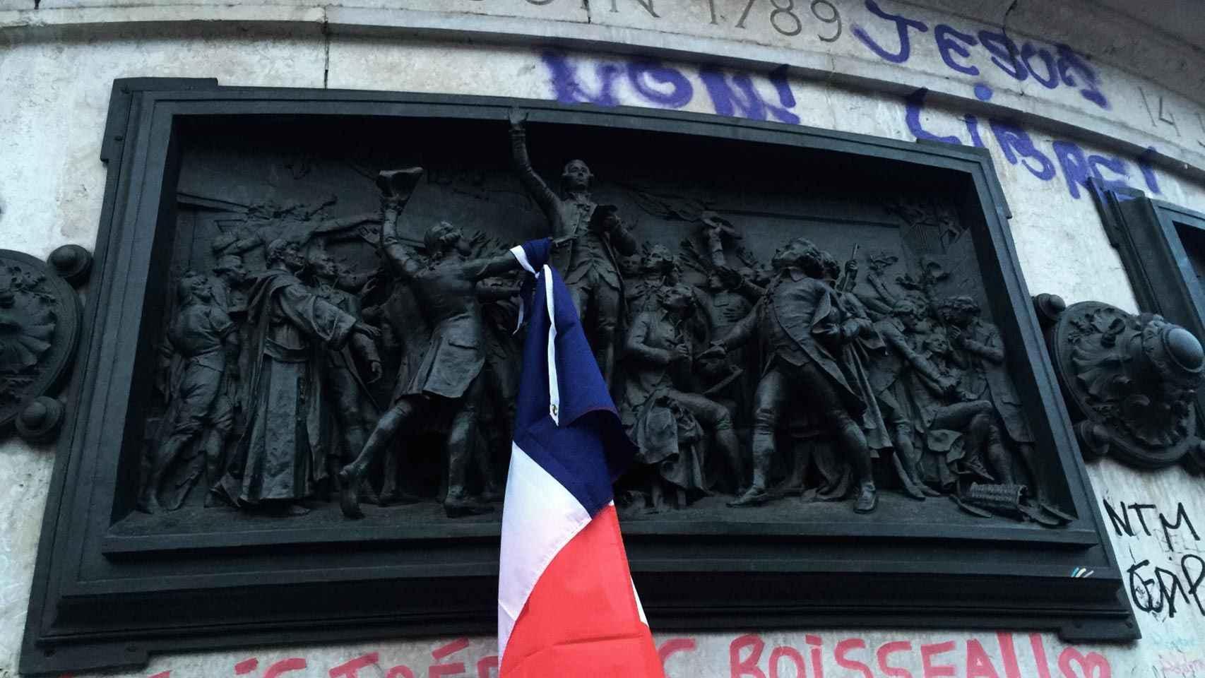 Bajorrelieve de Léopold Morice en la Place de la République.