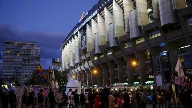 Colas a la entrada del Santiago Bernabéu
