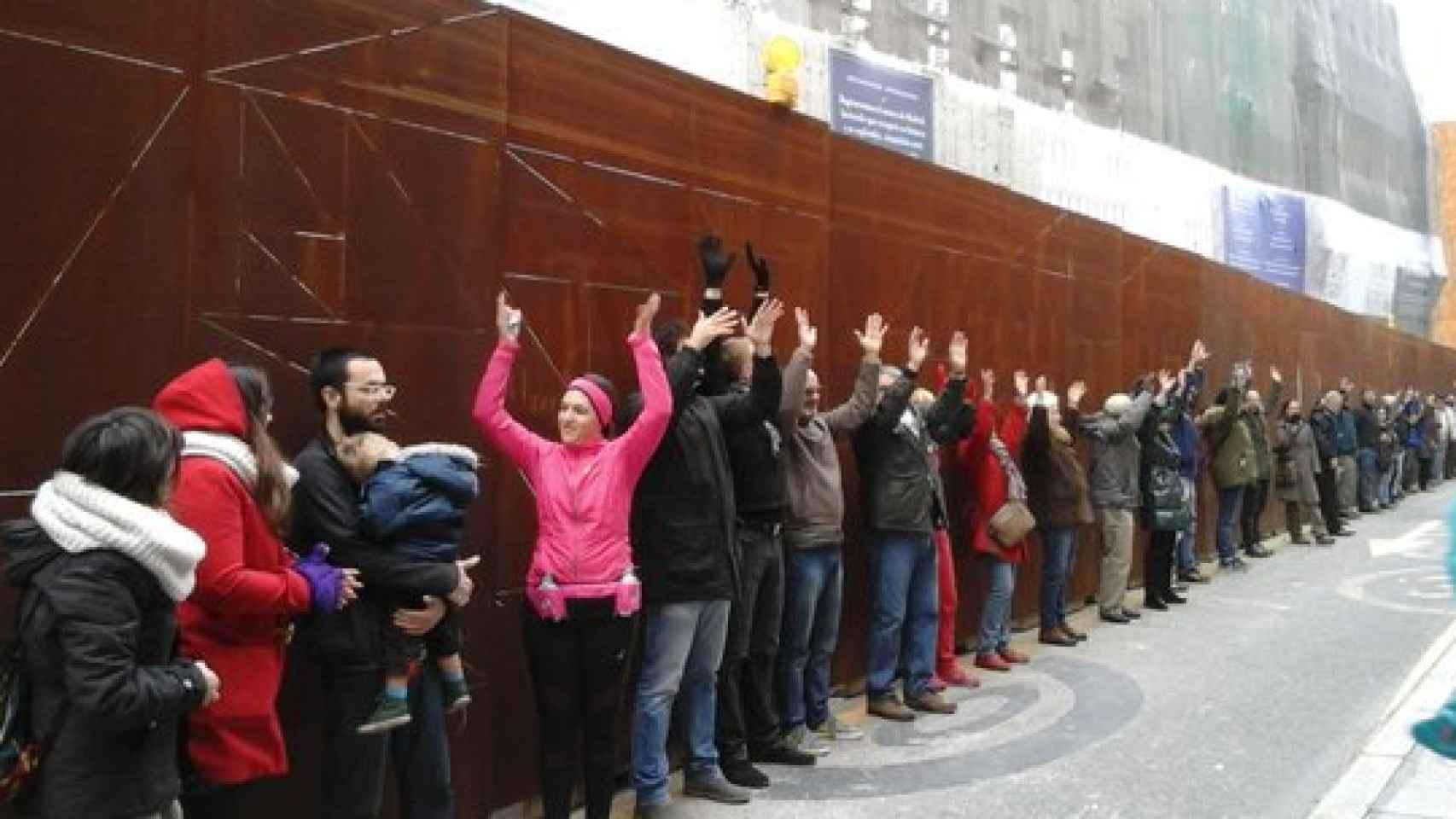 Los manifestantes lamentan la permisividad con OHL.