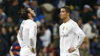 Gareth Bale y Cristiano Ronaldo se lamentan durante el Clásico.