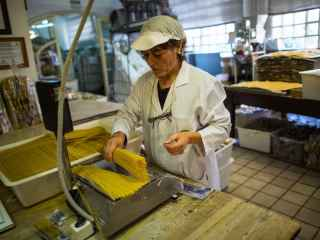 Una trabajadora en una fábrica de pasta en Caldas de Montbui.