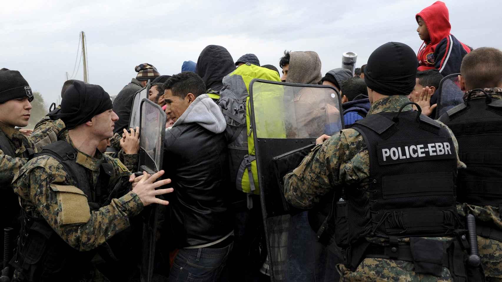 Numerosos refugiados llegan a la UE a través de la isla griega de Lesbos.