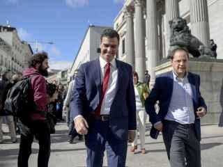 Pedro Sánchez, al lado del Congreso de los Diputados este mes de octubre.