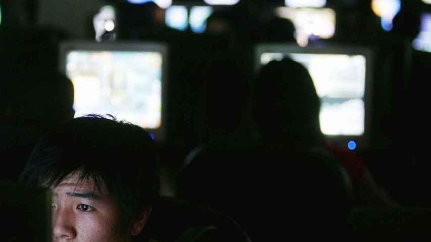 Jóvenes juegan en un cibercafé de China.