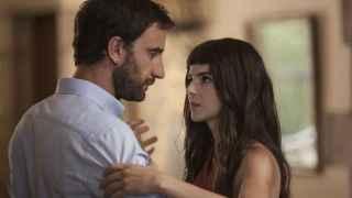 Dani Rovira y Clara Lago, en una escena de Ocho apellidos catalanes