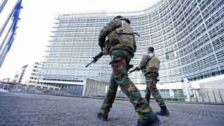 Soldados belgas patrullan a las puertas de la sede de la Comisión Europea.