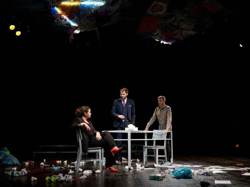 Los actores, interpretando la cuarta escena de la obra.