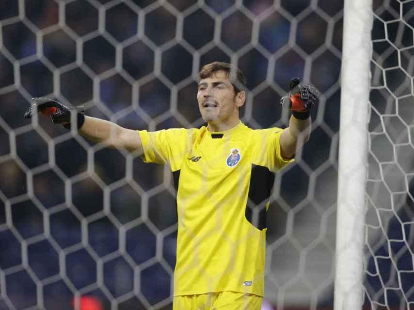 Casillas durante el partido en Oporto.