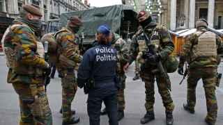 Soldados y policías belgas patrullan en el centro de Bruselas