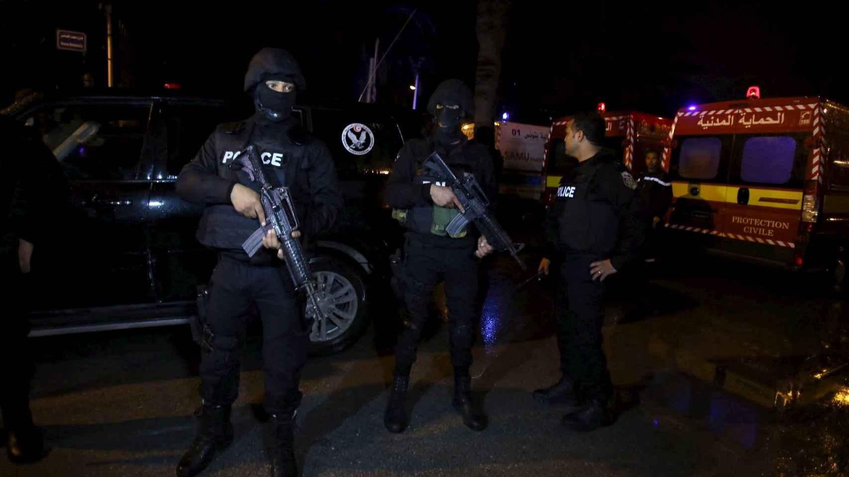 Agentes de Policía cerca del lugar del atentado en Túnez.
