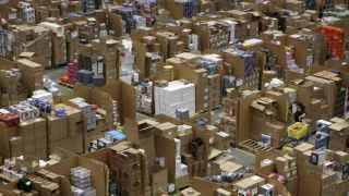 Trabajadores de Amazon recogen pedidos de los clientes durante el Viernes Negro en Hemel Hempstead. Neil Hall / Reuters