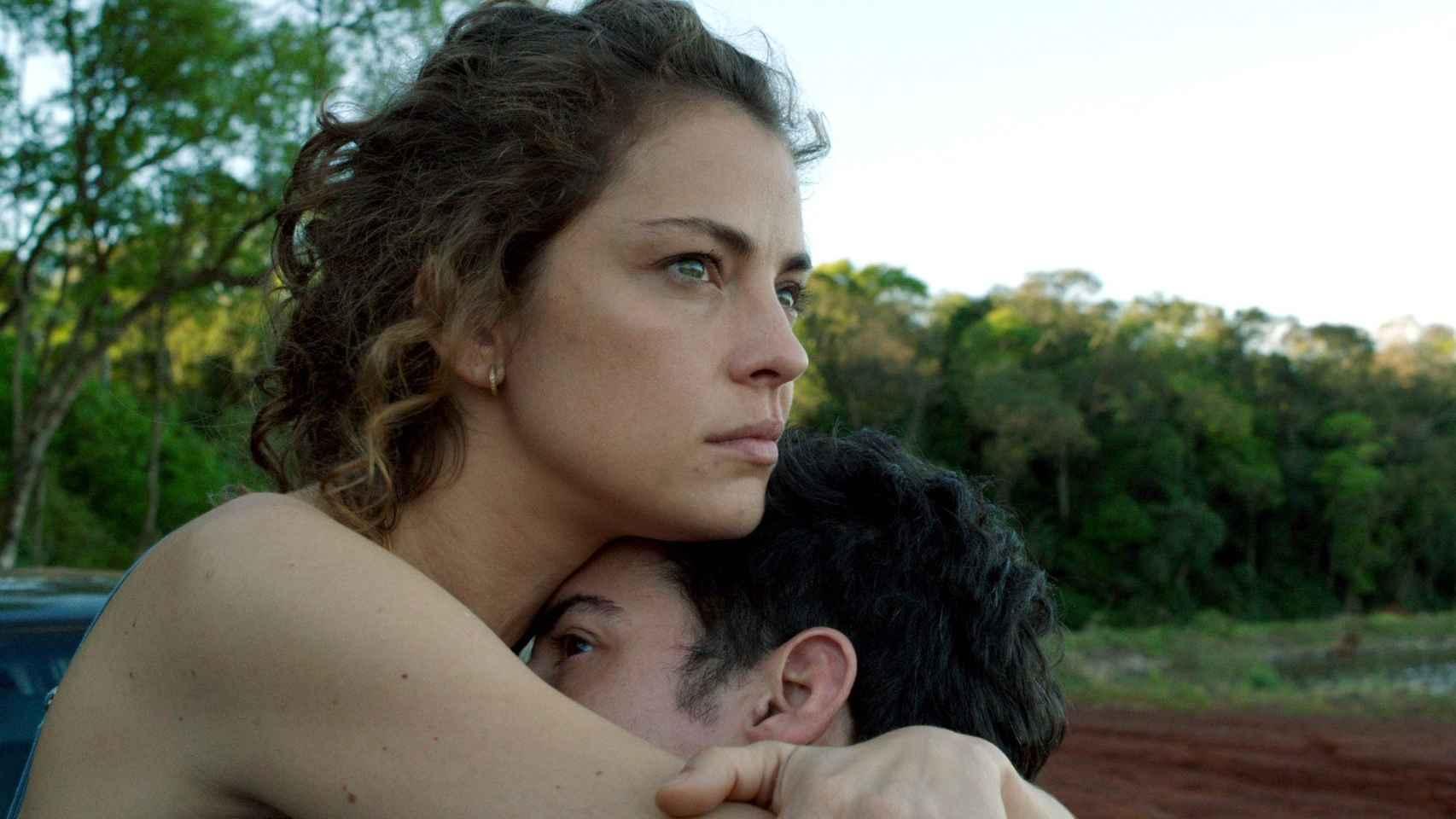 Dolores Fonzi encarna un personaje con una determinación inquebrantable.