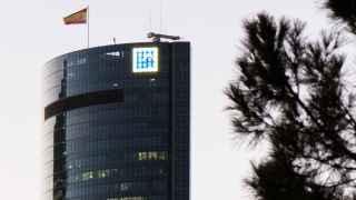 Torre Espacio, coronada con la bandera de España.