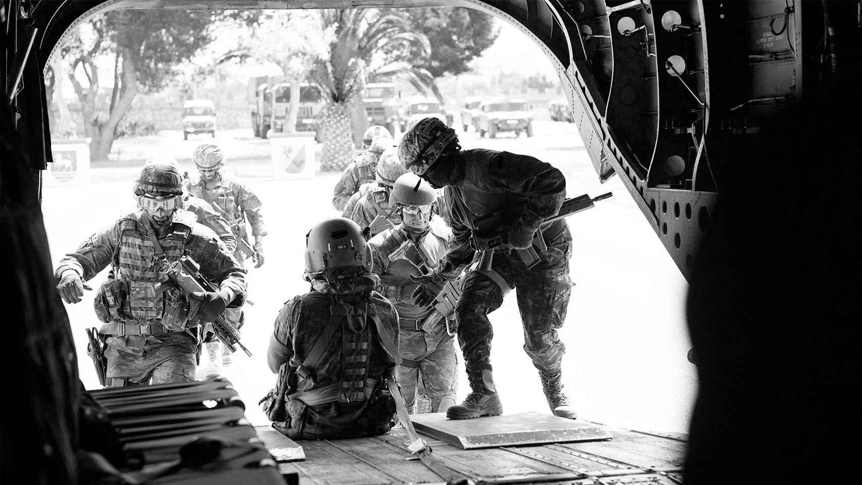 Miembros del MOE suben a un helicóptero Chinook durante los ejercicios.
