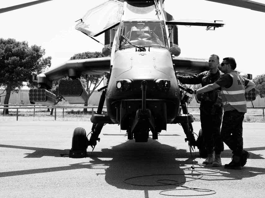 El piloto del Tigre repasa el aparato antes de iniciar el vuelo.