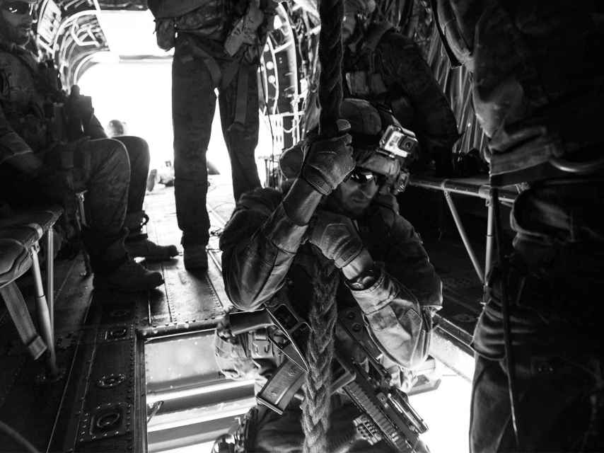 Un miembro del MOE desciende en vuelo desde un Chinook.