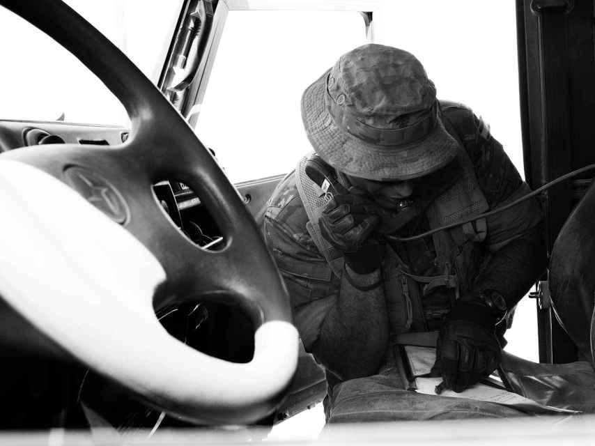 El capitán transmite la posición del objetivo al helicóptero Tigre.
