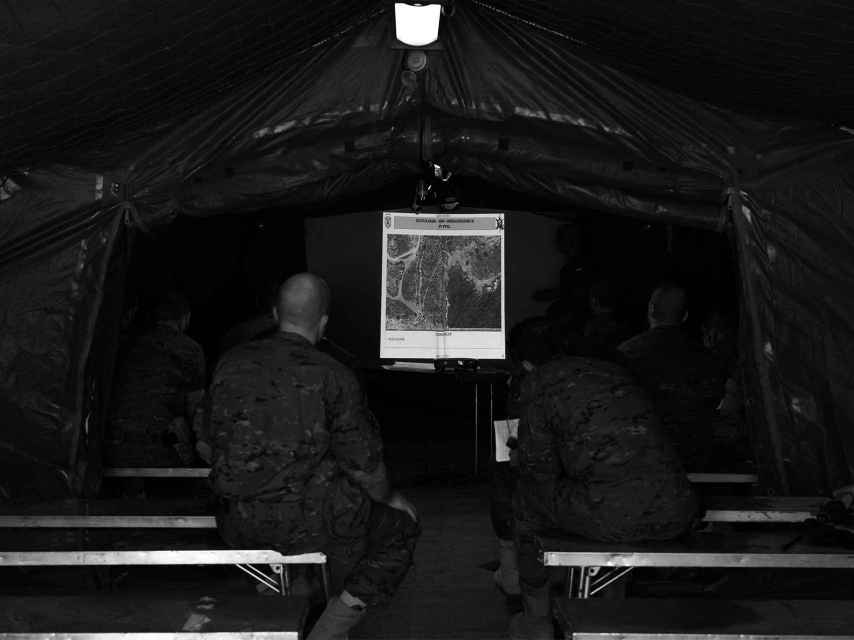 La reunión de la mañana donde se marcan los objetivos de la misión.