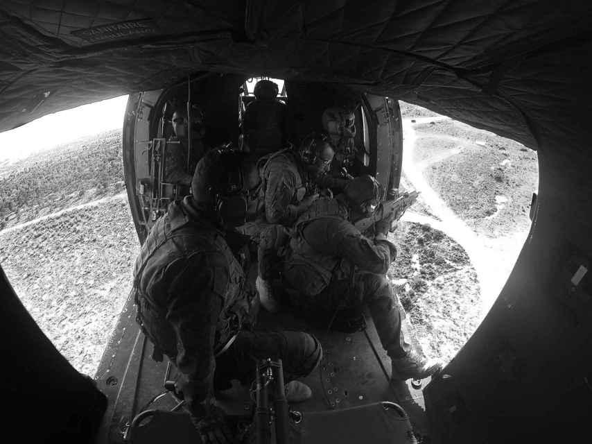 Interior del Cougar durante las prácticas de tiro en vuelo.