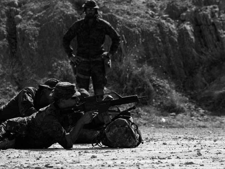 El MOE imparte prácticas de tiro a efectivos del Ejército de tierra.