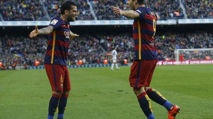 Dani Alves celebra con Suárez su gol ante la Real Sociedad