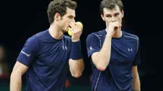 Los hermanos Murray hablan durante el encuentro de dobles ante Bélgica.