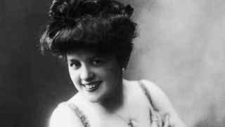 Una modelo sonríe, en una imagen datada en 1900.