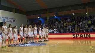 Las jugadoras españolas escuchan el himno antes del partido.