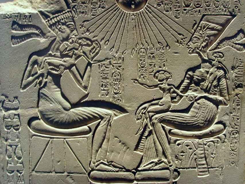 Akenatón y su familia con el dios Atón.
