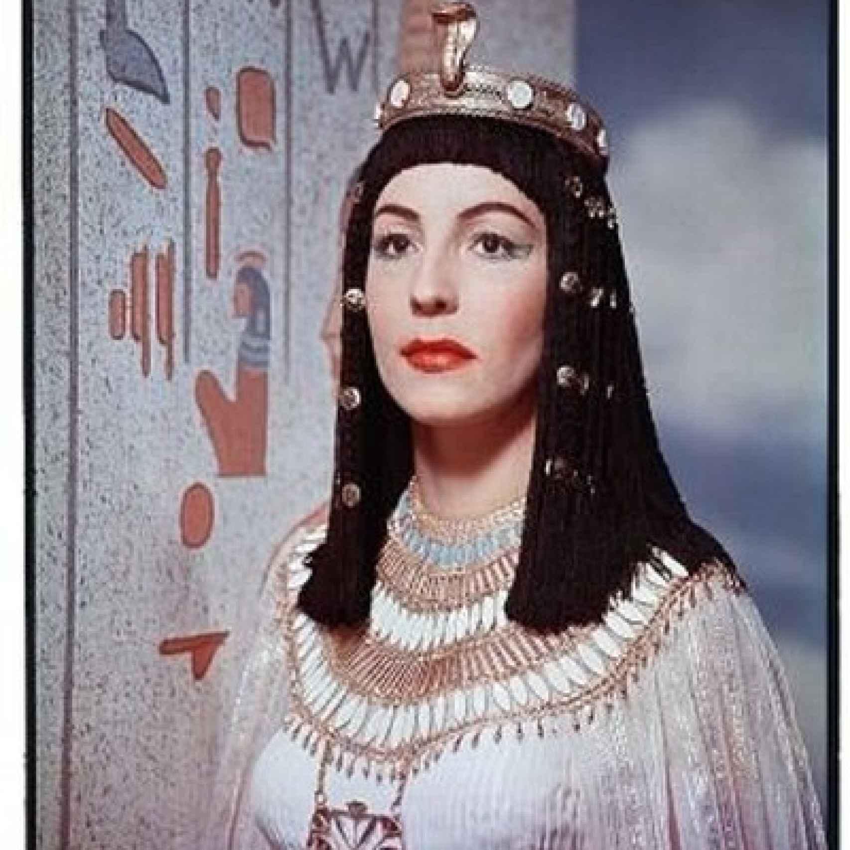 Anitra Stevens como Nefertiti en la película Sinuhé el egipcio.