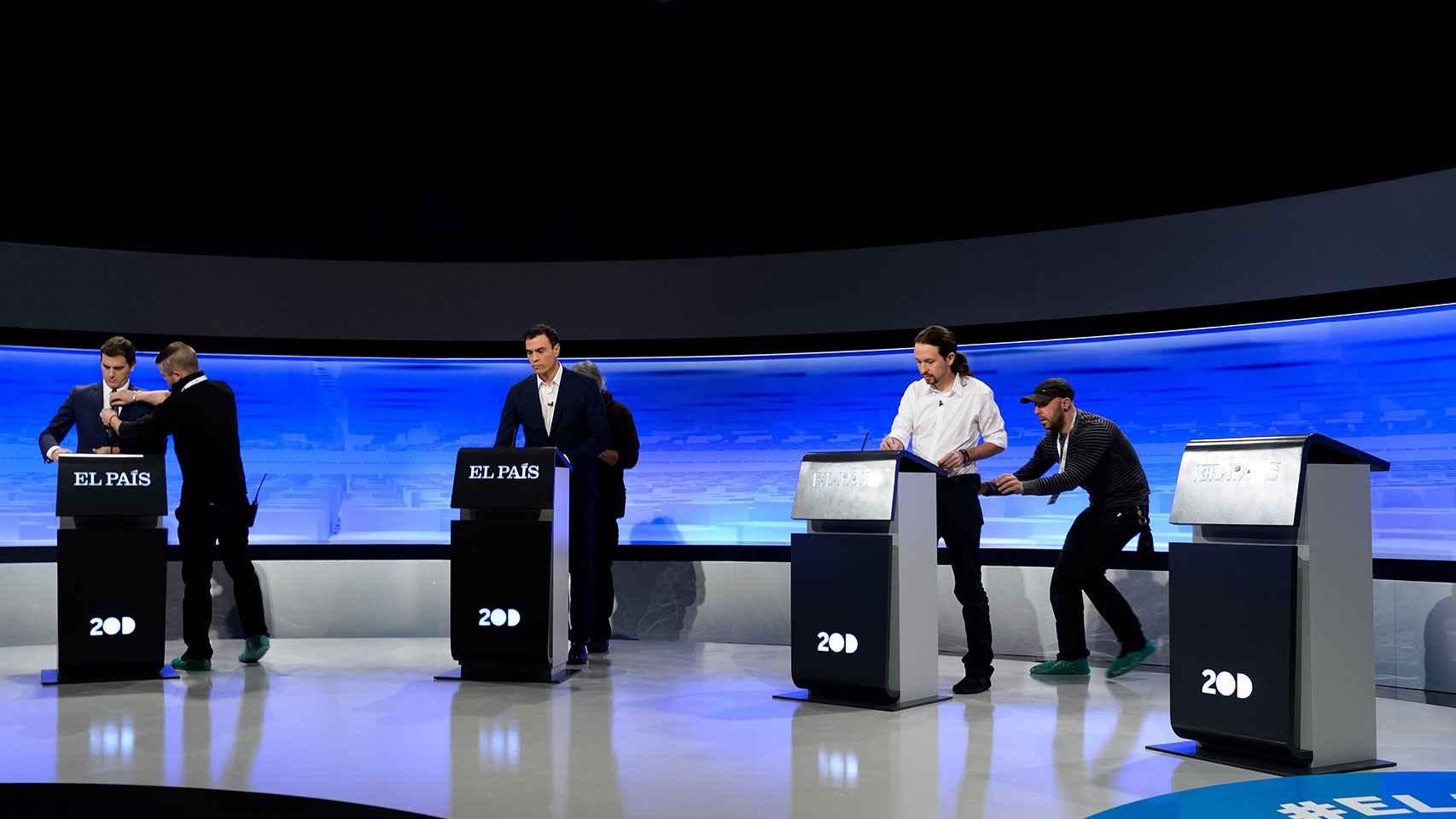 Los candidatos en el debate y el atril vacío de Rajoy.