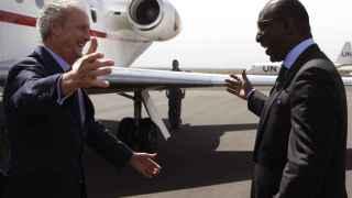 Pedro Morenés saluda al ministro de Defensa maliense, Tieman Hubert Coulibary.