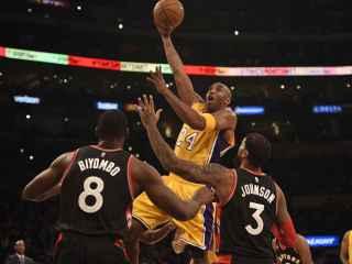 Kobe intenta anotar ante los Raptors, a los que una vez les metió 81 puntos.