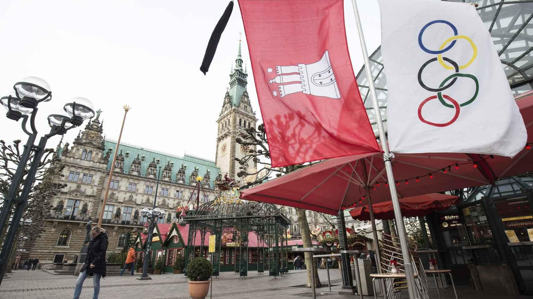 Bandera olímpica en el ayuntamiento de Hamburgo. / EFE