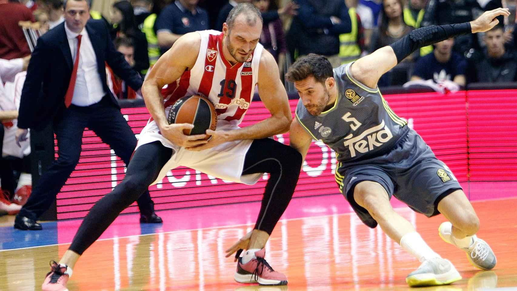 Rudy Fernández intenta robar la pelota a Marko Simonovic.
