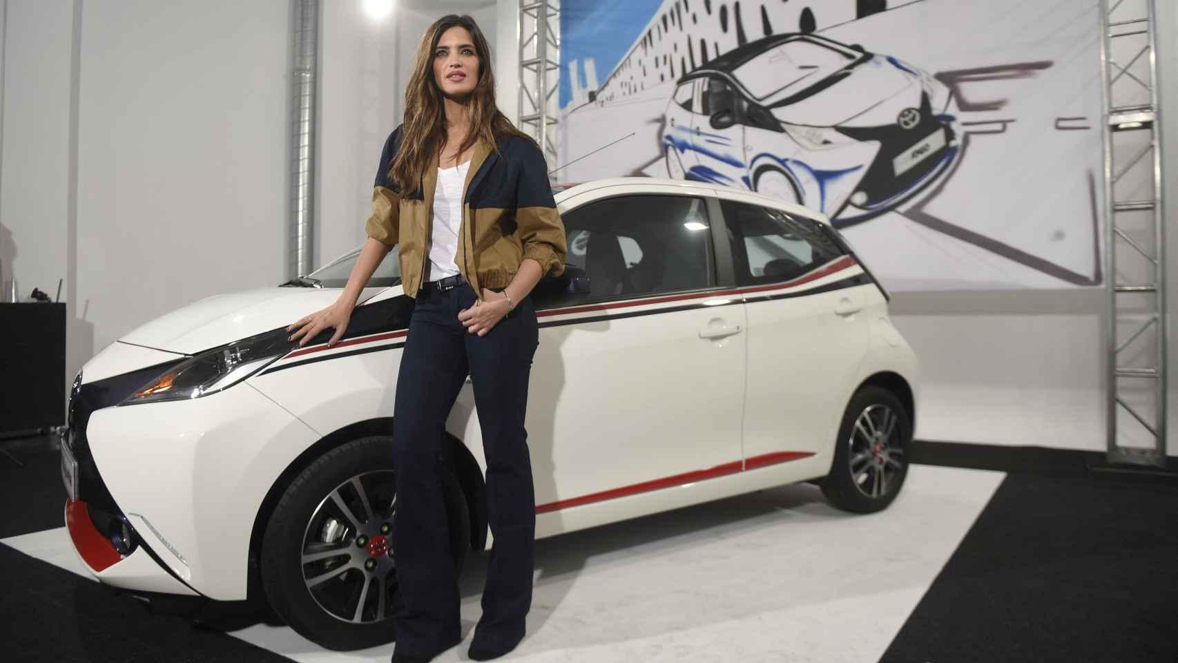 Sara Carbonero posa en el stand de Toyota en la presentación del nuevo Aygo
